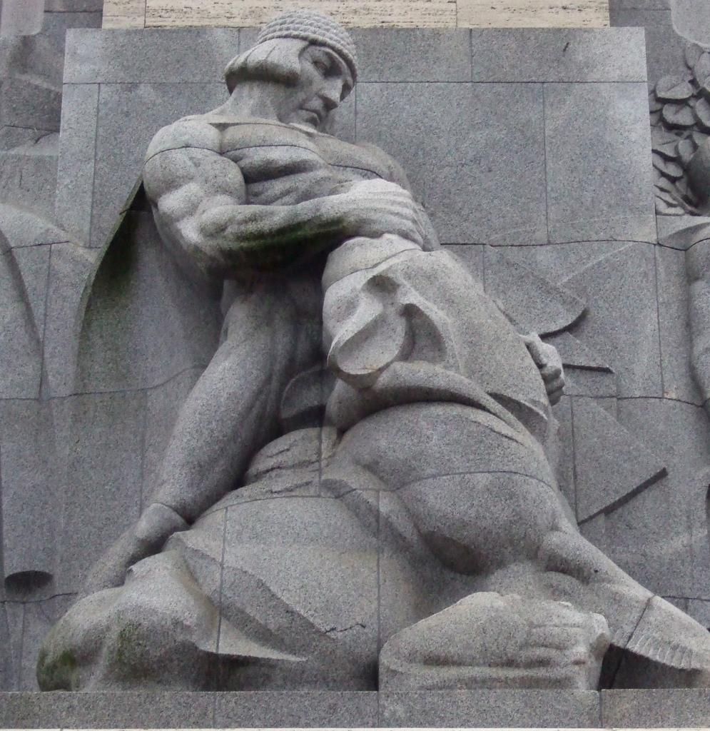 """""""Lāčplēsis (""""Niedźwiedziobójca"""", bohater łotewskiego eposu narodowego), fragment Pomnika Wolności w Rydze"""""""